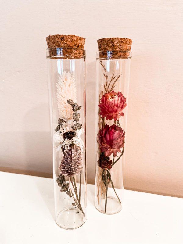flesjes met droogbloemen